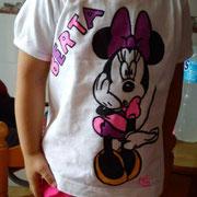 Berta con su camiseta de Minnie personalizada