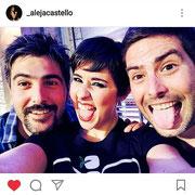 """Alejandra Castelló con Estopa. Camiseta """"del hueso una flor"""""""