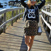 "Marta Serantes del blog COCOSMILE con camiseta ""Dogs is All You Need"""
