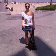 """Trini en la playa de la Malvarrosa en Valencia con la camiseta """"Príncipe Azul"""""""