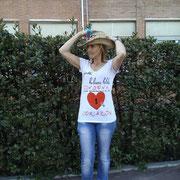 """Marga con la camiseta """"Gotas Suicidas"""""""