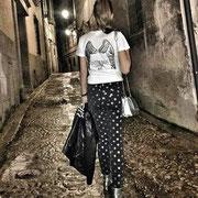 """Gloria Santoro, presentadora de """"Castilla La Mancha Televisión"""" con camiseta """"Todos tus pasos Son Mis Alas"""""""