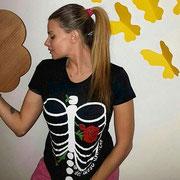 """María Lapiedra con camiseta """"del hueso una flor"""""""