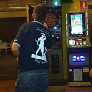 Javi con la camiseta del Equipo de Dardos de la Fragua de Yuso