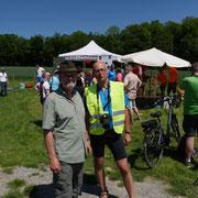 im Vordergrund das Veranstalterduo Bernd und Erhard; im Hintergrund meine Frau und mein jüngerer Sohn - beide mit orangefarbenem T-Shirt - bei Essen- und Getränkeausgabe - nochmals Danke für die Hilfe