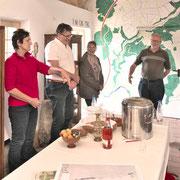 Limes-Aktionstag 2017  ..... derweil hatten wir im Wachthaus bei einem Glas Granatapfel-Sekt auch viel Spaß. Den Granatapfel brachten die Römer übrigens aus Karthago mit, der späteren Provinz Africa.  Foto mit freundlicher Genehmigung Michael Hendel