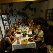 Eine besondere Freude war es mir, Limes Cicerona Christel Bauer (vorne rechts) und ihre Mitwanderinnen aus Osterburken im Wachthaus zu begrüßen - solch nette und interessierte  Gäste hat man gerne