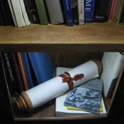 """Neu im Bücherschrank: Eine Buchrolle / Volumen ( lat. """"volvere"""" = rollen, wälzen), im Original aus Papyrus oder Pergament.  Die """"Tabula Peutingeriana"""" ist eine 7m lange, auf Pergament geschriebene mittelalterliche Kopie einer originalen römischen Karte."""