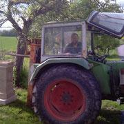 Die Steinmonumente wiegen mit bis etwa 450 kg nicht gerade wenig. Martin Walther (Ortschaftsrat Unterkessach) hat hier mit seinem Traktor tatkräftig unterstützt, um die beiden Schwergewichte auf die Sockel zu setzen. Nochmals herzlichen Dank dafür!