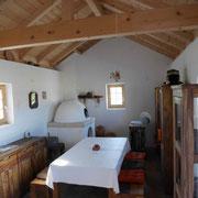 Grundofen in Kuppelform nach antikem Vorbild, wie in Kastellen ausgegraben - allerdings außerhalb von Gebäuden. In Küchen großer Haushalte aber auch in Gebäuden.