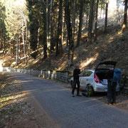 Posteggiamo sulla strada che sale al Monte Bibino a 1220 m