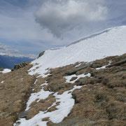 La cresta del Molinera ancora piena di neve ......