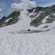 La salita al Pizzo dell'Uomo avviene a sinistra della lingua di neve