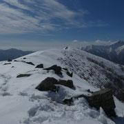 In fondo alla cresta, la cima del  Monte Zuccaro