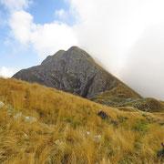 In primo piano la cima senza nome quotata 2202 m e dietro il Camoghè