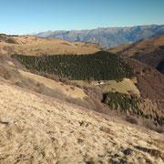 Verso l'Alpe d'Orimento, in basso l'Alpe Squadrina