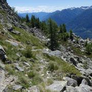 Scendiamo nel versante Leventinese per riprendere il filo di cresta a 2122 m
