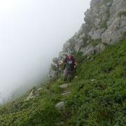Seguiamo un sentiero delle pecore poco sotto la cresta