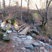 Attraversiamo il torrente nella Valle di Cagna