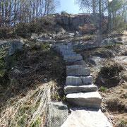 Sentiero rifatto con diversi scalini di sasso