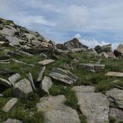 Inizia la traversata sotto le pareti del Pizzo di Claro, su pietraia