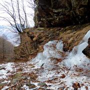 Passaggi ghiacciati, assicurati con cordina d'acciaio