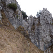 Il sentiero passa in mezzo a questa roccia