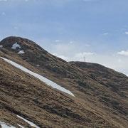 Si vede la croce della cima senza nome a 2075 m