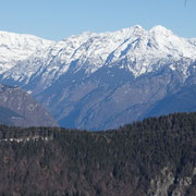 In primo piano la Cresta del Stabi e l'Alpe Girso
