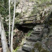 Sul sentiero ci sono diversi ponti per attraversare le vallette