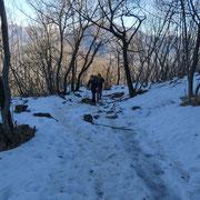 A tratti troviamo ancora neve gelata sul sentiero