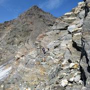 Il sentiero a tratti esposto passa sopra il ghiacciaio