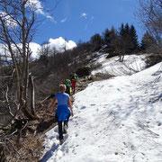 Il sentiero sotto il Sassariente parzialmente ricoperto di neve