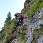 Passaggio attrezzato con catene sul sentiero alpino