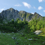 Entriamo nella valletta sopra l'alpe .....