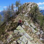 Dalla cima senza nome 1956 m proseguiamo in cresta