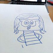 Die Konturen der Figur zeichne ich auf Papier.