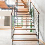 Über die offene Treppe gelangt man zu den beiden Räumen auf der Empore.