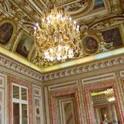 大理石、金、天井画... ポーランド大使館の負担は重い。