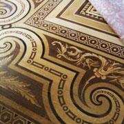 一面の木製モザイクの床は、絨毯を敷き詰めて保護されている。 絨毯の端をめくって、撮影させていただく。
