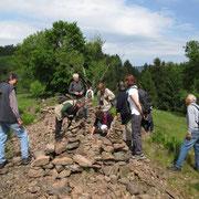 Arbeitsreiche Steinlesehaufen werden  jetzt zu Steinmännchen