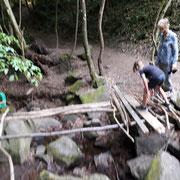 Oliver und Elias als Brückenbauer  - Foto NAJU