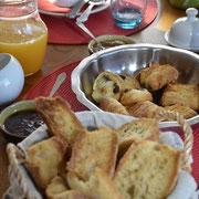 Douceur sucrée du petit déjeuner à la Grange du Coulin, chambres d'hôtes Gîtes de France Landes à Onesse et Laharie