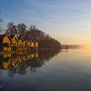 Bootshäuser am Ammersee im Abendrot