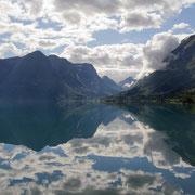 Wolken spiegeln sich im Oppstrynvatnet