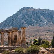 Säulen in Korinth und Blick auf die Festung Akrokorinth