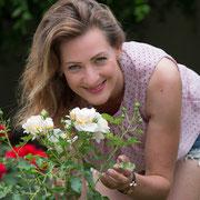 Frauenporträt im Rosengarten