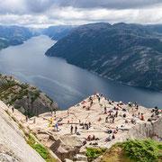 Menschen auf dem Preikestolen hoch über dem Lysefjorden