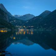 Geiranger und Geirangerfjord in der blauen Stunde