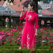 Asiatin im Rosengarten